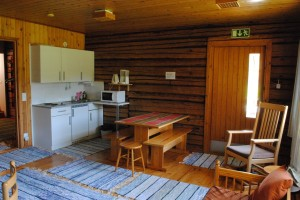 Keittiötila vierastalon tuvassa on vapaasti asukkaiden käytössä.