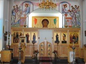 Kirkon ikonostaasi ja seinämaalaus