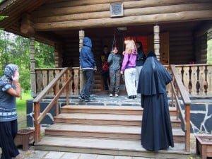Hautausmaan tsasounalla toimitettiin akatistos Jumalanäidille leirin ja luostarin yhteistyönä.