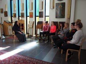 Äiti Ksenia kertomassa kriparilaisille luostarielämästä Lintulan luostarin Pyhän Kolminaisuuden kirkossa.